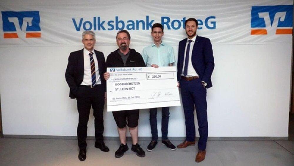 Das Bild zeigt von links: Bernhard Lang, Vermögensberater der Volksbank Rot, Bernd Weingand (2. Vorsitzender) und Jochen Knopf (Kassenwart) von den Bogenschützen St. Leon-Rot sowie Prokurist Matthias Arnold, Markbereichsleiter der Volksbank Rot.
